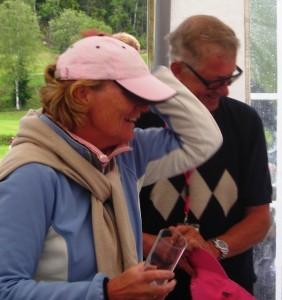 Hanne må holde på den rosa hatten etter klem fra Jens Kristian.