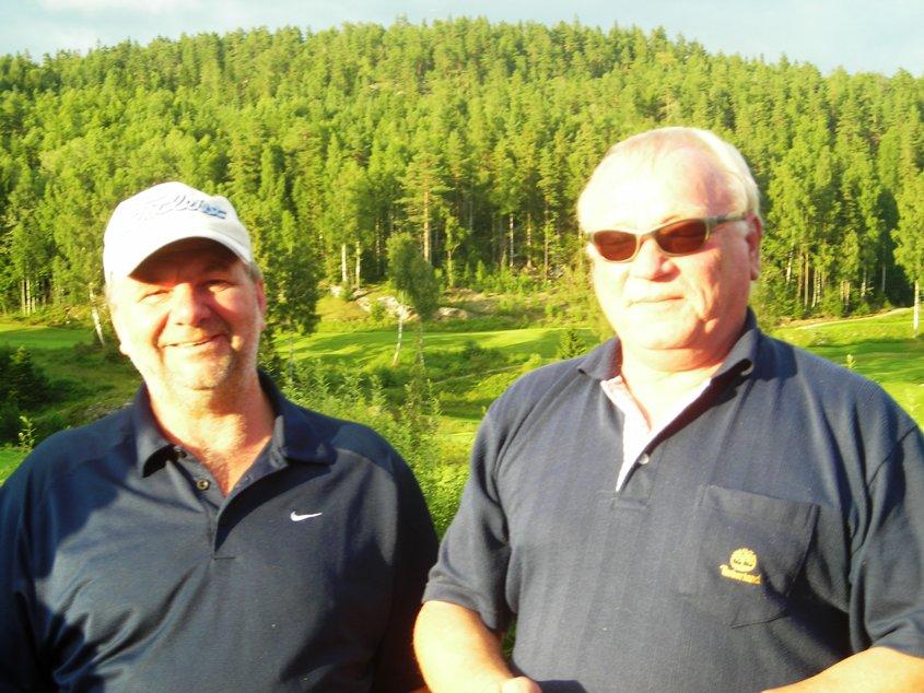 Kveldens vinnerlag besto av Runer Sørlie og Ådne Trygg (han med solbriller), som hadde 41 slag brutto. Med spillehandicap på 26 ble det 28 slag netto (-8).