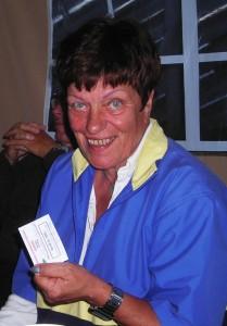 En meget fornøyd Marit Bjørnstad, som har fått premie for birdie på hull 1.