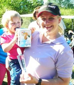 Klubbmester 2012 - damer:  Stine Torgersen +12 Her med datter Julie (nesten 2) som tester sin premie