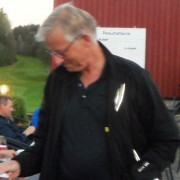 Egil Sørset fikk også birdiepremie, og tok seg, som vi ser, tid til å beundre sjekken. I dag kunne for eksempel en birdiesjekk brukes til å kjøpe nydelig sodd servert av Kari.
