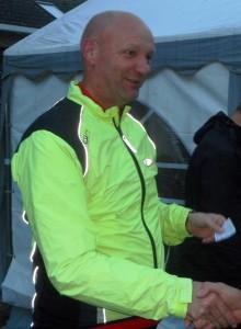Syklister må være synlige, og Tony Farinha var også lett synlig i skumringen. Andreplass i B-klassen på Tony.