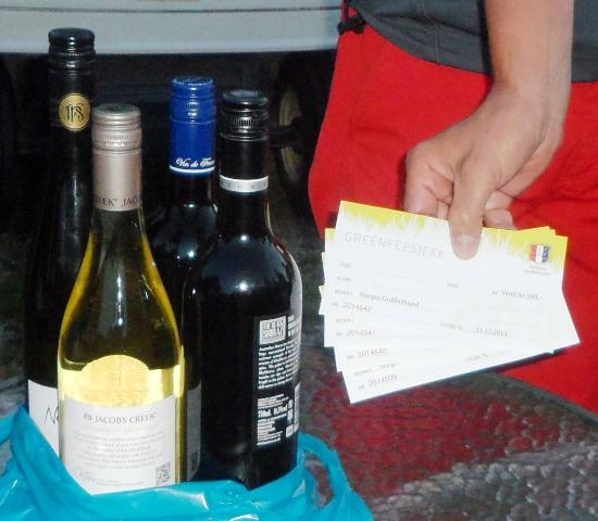 Steike fine premier: vin (to røde og to hvite) og greenfee-billetter. Fordi det ble delt sammenlagtseier, måte arrangementskomiteen improvisere litt. Greenfee-billettene er verdt 200 kroner og kan brukes på alle baner i Norge, og viste seg å være populære da vinnerne fikk velge fritt på premiebordet.