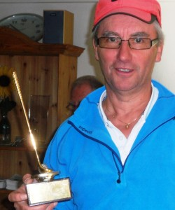 Årets spiller, Olaf Thomassen, med den fine vandrepremien.