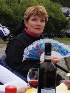 Det rapporteres om at knotten er til besvær om dagen. Her har Hanne Hoel Tofteberg funne en løsning som er like fiffig som den er elegant og smakfull: rødvin og vifte. Om viften er japansk eller kinesisk vites ikke. Rødvinen ser ut til å være italiensk.