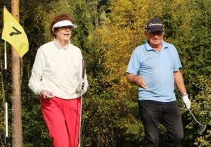Her har vi to av deltakerne på vinnerlaget etter å ha sikret en par på hull 7: Ragnhild Lied Johansen og Jan Sørhus.