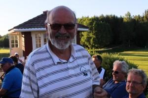 Han gliser godt, Ivar Bjørseth. Det blir penger i kassen av klasseseier og birdiepremie - endatil en 5-poengsbirdie på hull 8.