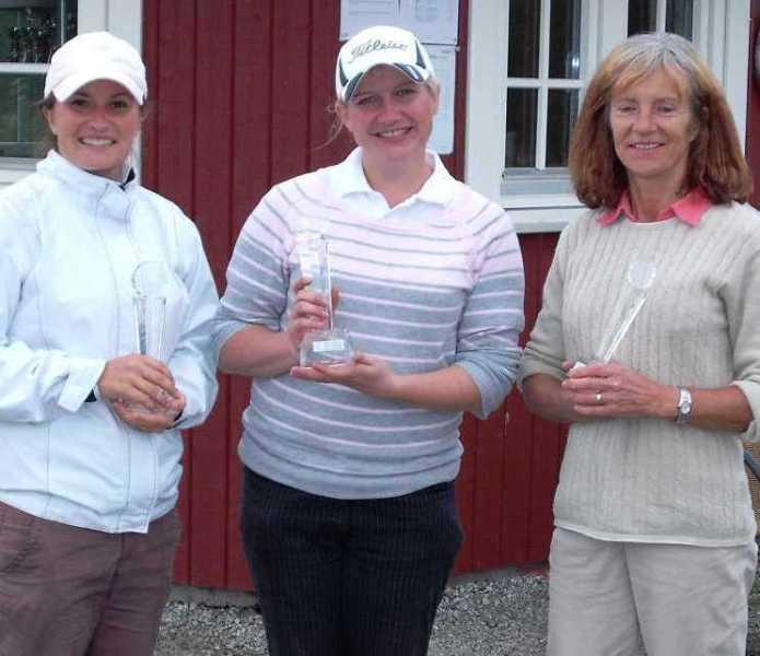 De premierte i dameklassen (B). Fra venstre Kristiane Rivedal (nr. 2), Stine Torgersen (klubbmester), Marit Henriksen (nr. 3).
